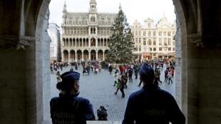 A polícia na Grand-Place de Bruxelas, 29 de dezembro de 2015