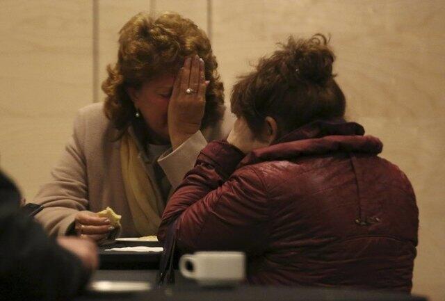 Familiares de vítimas da queda do Airbus da companhia russa Kogalymavia recebem a informação sobre a morte de todos os ocupantes no aeroporto de São Petersburgo.