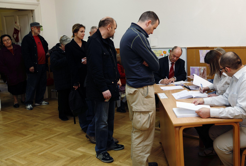 Cử tri đi Croatia bầu tại một phòng phiếu ở Zagreb ngày 04/12/2011.