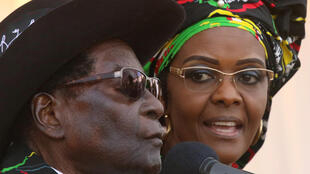 Le président zimbabwéen Robert Mugabe et son épouse, Grace, le 29 juillet 2017, lors d'un meeting du ZANU-PF à Chinhoyi.
