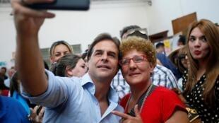 Luis Lacalle Pou, le candidat de la droite, faisant un «selfie» après avoir voté, le 24 novembre 2019.