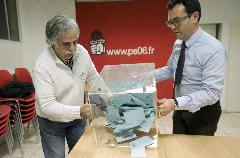 Voluntários do Partido Socialista se preparam para fazer a contagem de uma das urnas neste segundo turno das primárias, em 29 de janeiro de 2017.