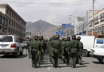 Patrouille de policiers chinois dans les rues de Lhassa (image d'illustration).