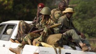 Des soldats de l'ex-Seleka dans un pick-up, au nord de Bangui le 27 janvier 2014.