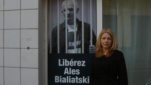 Наталья Пинчук, жена белорусского политзаключенного Алеся Беляцкого перед парижской штаб-квартирой Международной федерации прав человека 9 февраля 2012 г.