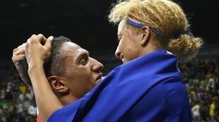 """A foto mais estampada nos jornais de hoje: o """"casal de ouro"""" do boxe Tony Yoka e Estelle Mossely."""