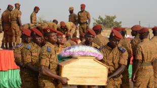 Wasu daga cikin sojojin Burkina Faso dauke da gawar daya daga cikin wadanda 'yan bindiga suka kashe a kwanakin baya
