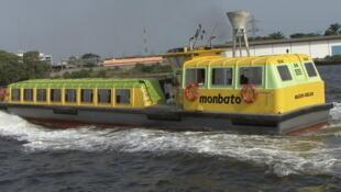 Un bateau-bus de la Sotra sur la lagune Ebrié