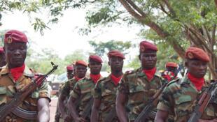 Des soldats de la force centrafricaine en mouvement lors de la cérémonie officielle de départ des UPDF, à Obo, le 18 mai 2017.