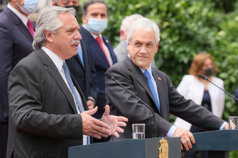 Presidentes Alberto Fernández (à esquerda) e Sebastián Piñera durante a visita do argentino ao Chile em janeiro passado Foto Presidencia Argentina