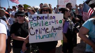 Protesto contra política de imigração dos EUA que separa crianças de suas famílias quando chegam ilegalmente nos Estados Unidos. Centro Tornillo Tranit, em Tornillo, Texas, EUA, em 17/06/18