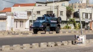 Cotonou, le 1er mai 2019. Un blindé de la police est positionné dans une rue du quartier de Cadjéhoun où réside l'ancien président Boni Yayi.