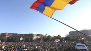 Des manifestants célèbrent la démission du Premier ministre Serge Sarkissian dans le centre d'Erevan, en Arménie, le 23 avril 2018.