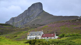 Une maison sur Eigg, au pied du Sgurr, le mont rocheux emblématique de cette petite île écossaise.