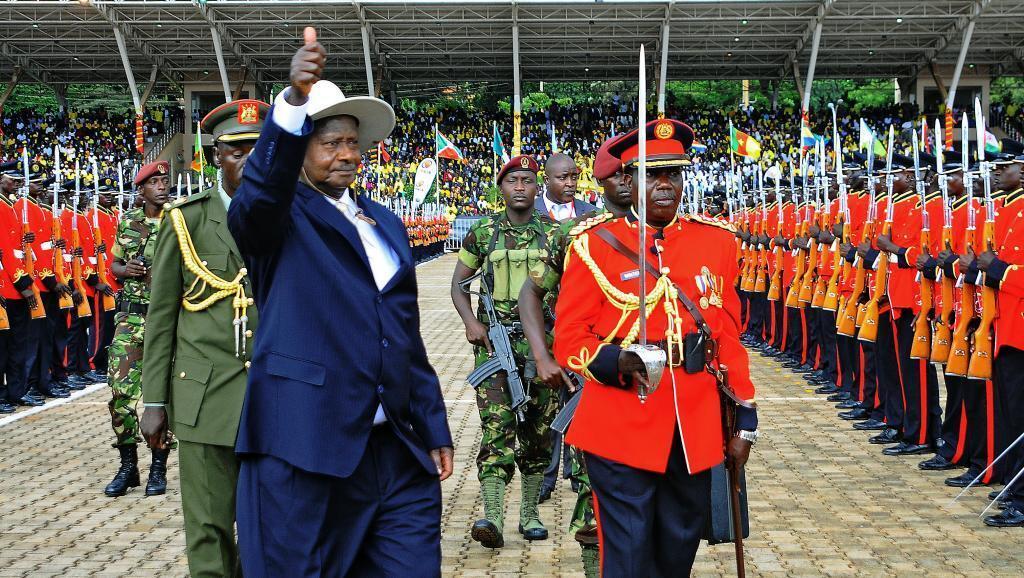 Rais Yoweri Museveni wakati wa sherehe ya kuapishwa kwa muhula wa tano mbele ya Marais mbalimbali wa kigeni, ikiwa ni pamoja na Rais wa Sudan Omar el-Bashir, Mei 12, 2016.