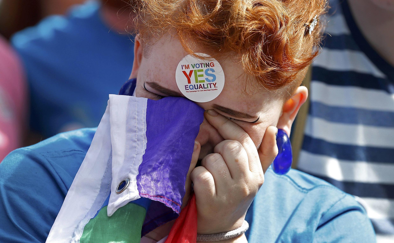 Девушка реагирует на результаты референдума о легализации однополых браков, Дублин, Ирландия, 23 мая 2015 г.