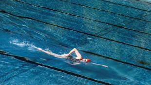 L'entraîneur de l'équipe féminine de natation hongroise a dû démissionner, le 7 avril 2016, après le retour sur la scène médiatique, 55 ans après les faits, d'un scandale de viol l'impliquant.