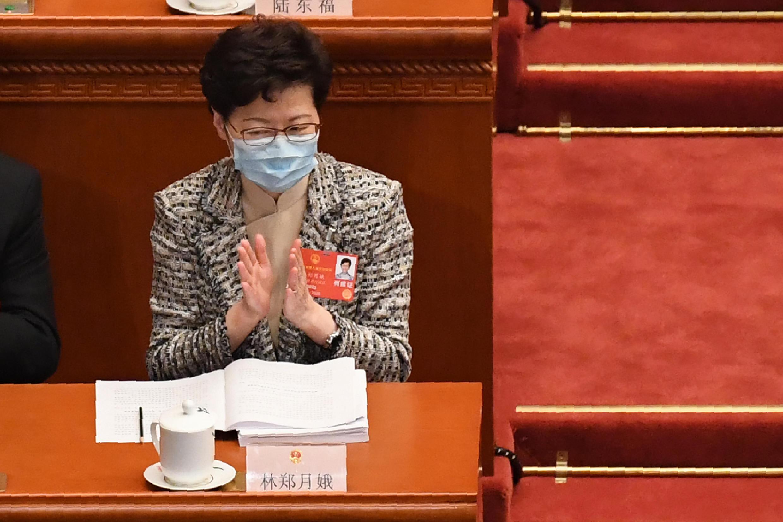 Carrie Lam aplaude durante la sesión de apertura del Congreso Nacional del Pueblo, el 22 de mayo de 2020 en Pekín