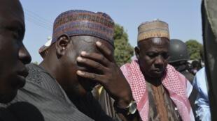 Un homme en larmes lors du face à face entre les parents des jeunes filles enlevées par Boko Haram et le gouverneur du Borno, à Chibok, près de Maiduguri. 22 avril 2014.
