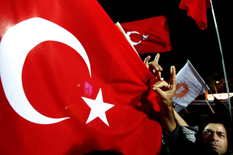 Foto de ilustración: Un partidario del nuevo dirigente turcochipriota elegido, Dervis Eroglu, hace un gesto con la mano en representación de la organización turca de extrema derecha los Lobos grises en la zona ocupada por Turquía de Nicosia (Chipre), el domingo 18 de abril de 2010.