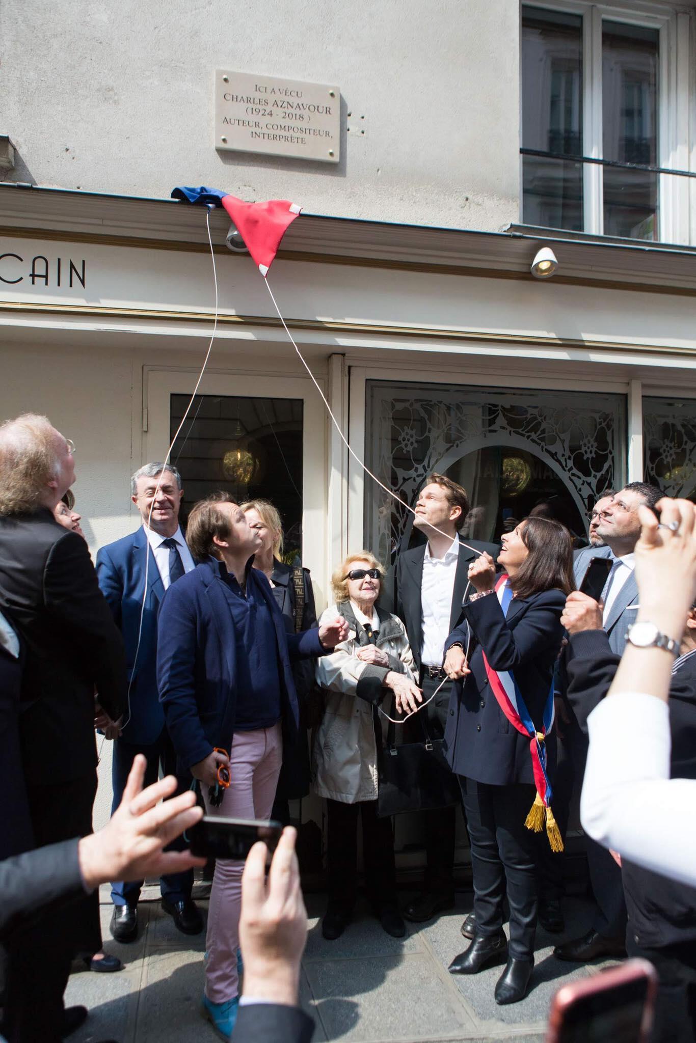 Мэр Парижа на открытии мемориальной доски в честь Шарля Азнавура, 21 мая 2019 год