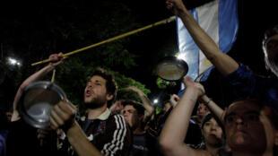 Des manifestations ont duré jusque tard dans la nuit, lors du vote pour la réforme des retraites en Argentine, le 19 décembre 2017, à Buenos Aires.