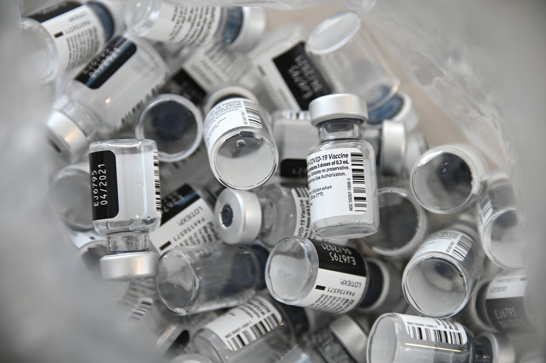 Frascos vacíos de la vacuna Pfizer-BioNTech en el hospital Emile Muller de Mulhouse, en el este de Francia, el 8 de enero de 2021