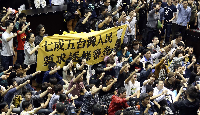 Sinh viên Đài Loan chiếm giữ trụ sở Quốc hội ngày 19/03/2014, và hô khẩu hiệu phản đối hiệp định thương mại được ký với Trung Quốc