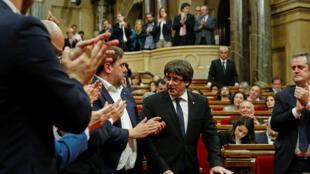 Carles Puigdemont, le président catalan (au centre) lors de son discours le 10 octobre 2017, annonçant  la suspension du processus d'indépendance de la Catalogne.