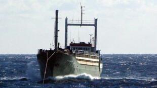 Торговое судно «Эзадин» c 360 мигрантами на борту прибыл в субботу в итальянский порт Корильяно-Калабро