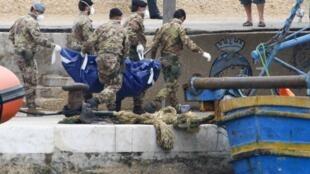 Equipes de resgate retiram corpo de vítima do naufrágio de Lampedusa, em 6 de outubro de 2013.