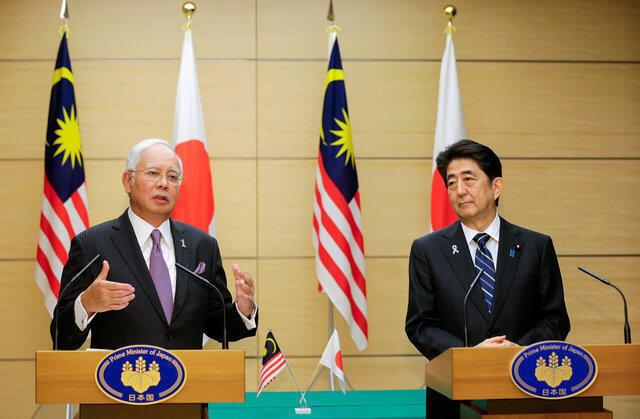 Thủ tướng Malaysia Najib Razak (trái) và đồng nhiệm Nhật Bản Shinzo Abe họp báo, Tokyo, ngày 16/11/2016.
