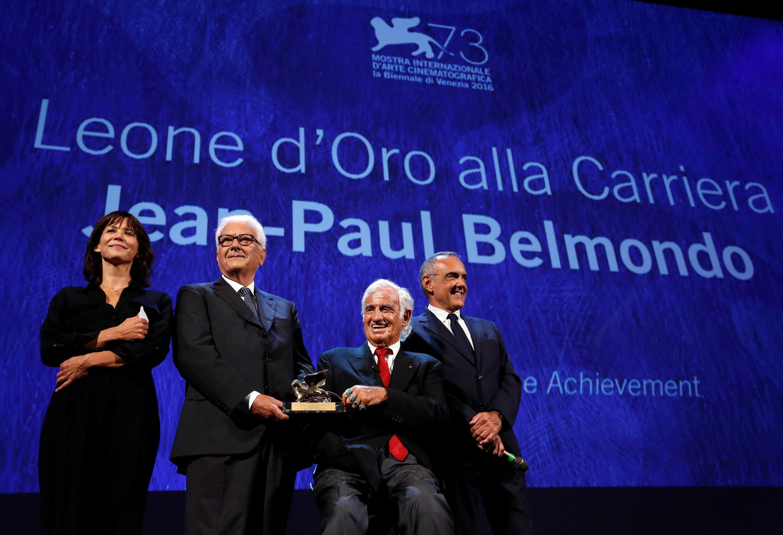 Jean Paul Belmondo (ngồi) nhận giải Sư tử vàng danh dự tại liên hoan Venise 2016