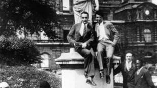 Georges Pompidou (C) et Léopold Sédar Senghor (D) dans les jardins du Luxembourg à Paris.