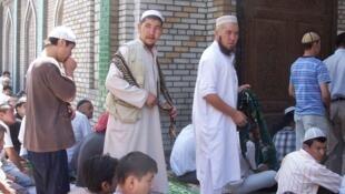 Приверженцы радикальной партии Хизб-ут-Тахрир в мечети
