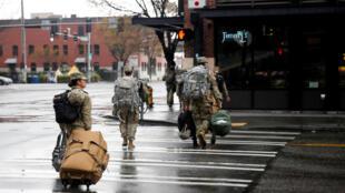 Ảnh minh họa: Quân nhân Mỹ được điều động tham gia chống dịch Covid-19 tại  Seattle, Washington, ngày 30/03/2020.