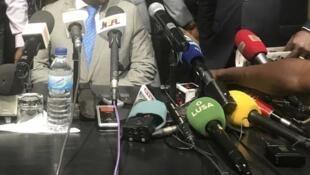 Microfones numa conferência de imprensa em Bissau