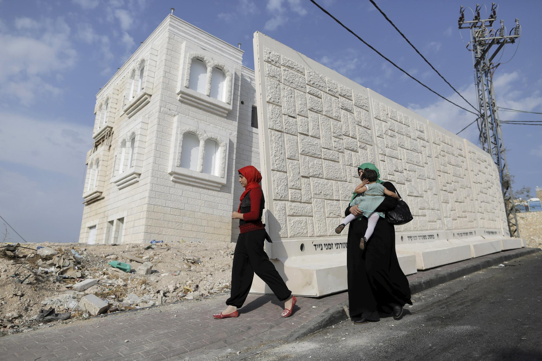 Muro de separación entre el barrio de Jabel Mukaber y el barrio judío de Armon Hanatziv en Jerusalén Este.