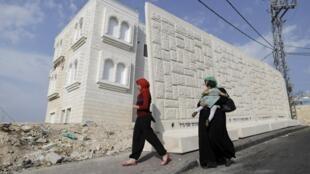Un mur de plus de 3 mètres de haut a commencé à être érigé entre le quartier de Jabel Moukaber et le quartier juif d'Armon Hanatziv, à Jérusalem-Est.