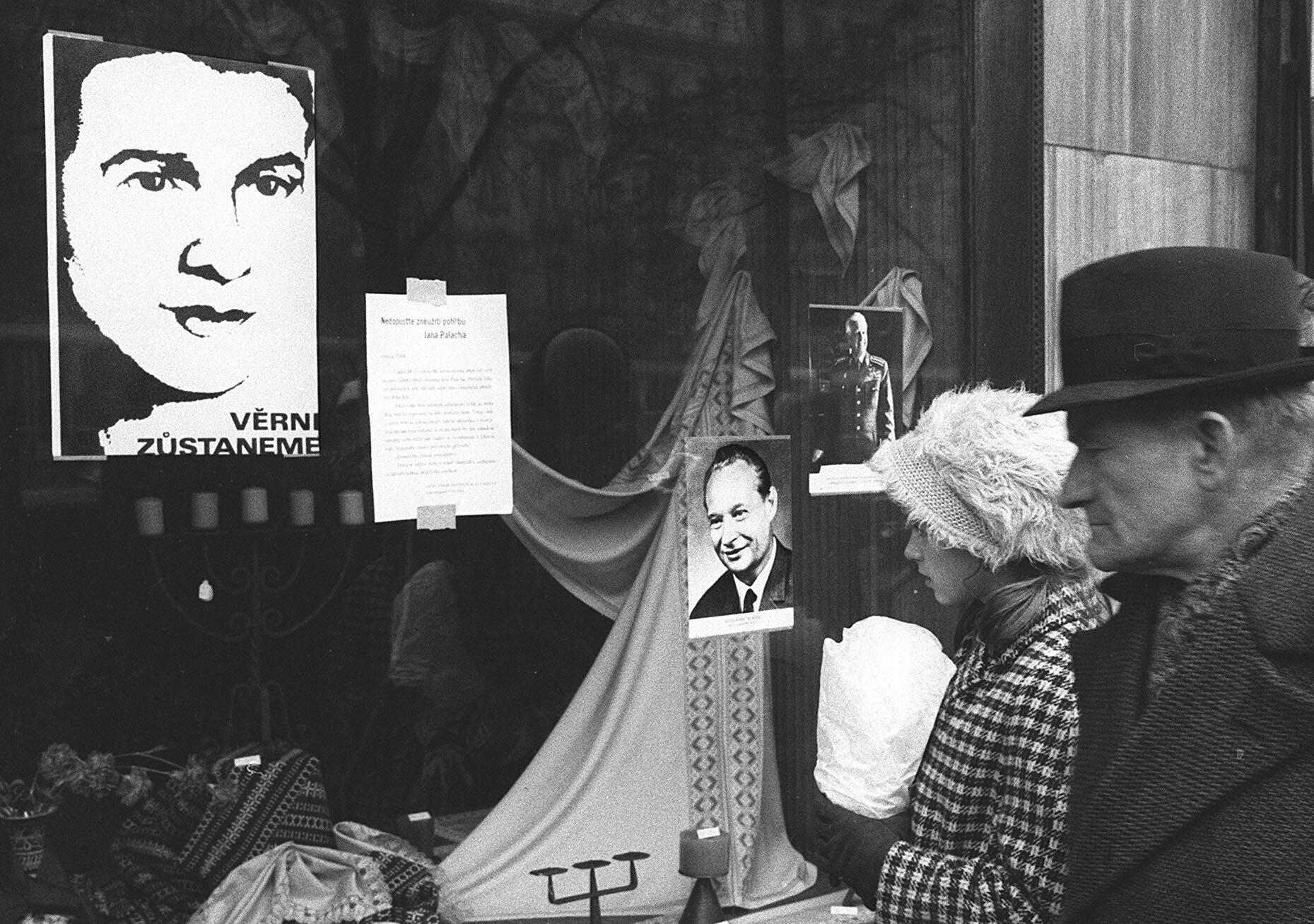 Le 24 janvier 1969, le peuple de la Tchécoslovaquie rend hommage à Jan Palach, sur la place Venceslav à Prague, le même lieu où le jeune étudiant tchèque s'est immolé par le feu le 16 janvier 1969.