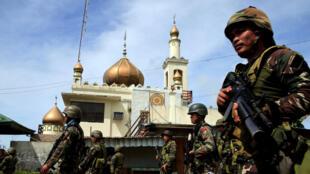 Des soldats philippins patrouillent à Marawi, dans le sud du pays, le 25 mai 2017.