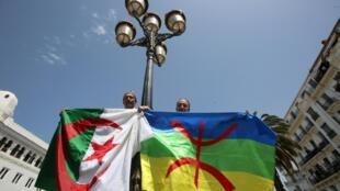 Des manifestants brandissent le drapeau algérien et l'étendard berbère à Alger, le 21 juin 2019.