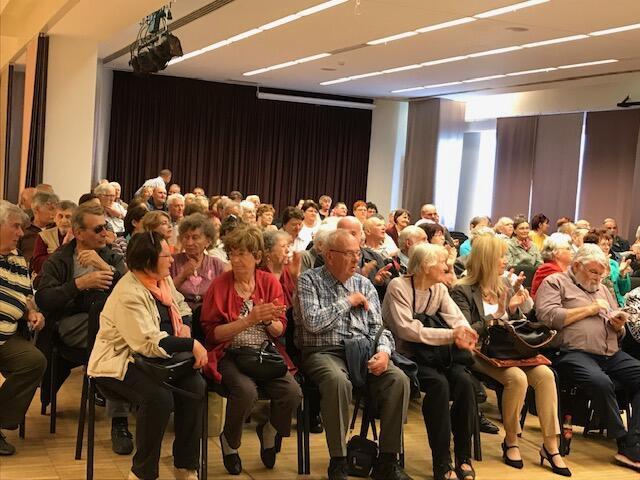 Simpatizantes da Fidesz se reuniram em centro cultural da periferia de Budapeste para ouvir propaganda do partido nacionalista contra a imigração na Europa.