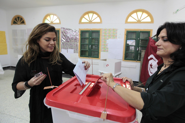 Une électrice vote dans un bureau de Sousse, le 23 novembre 2014.