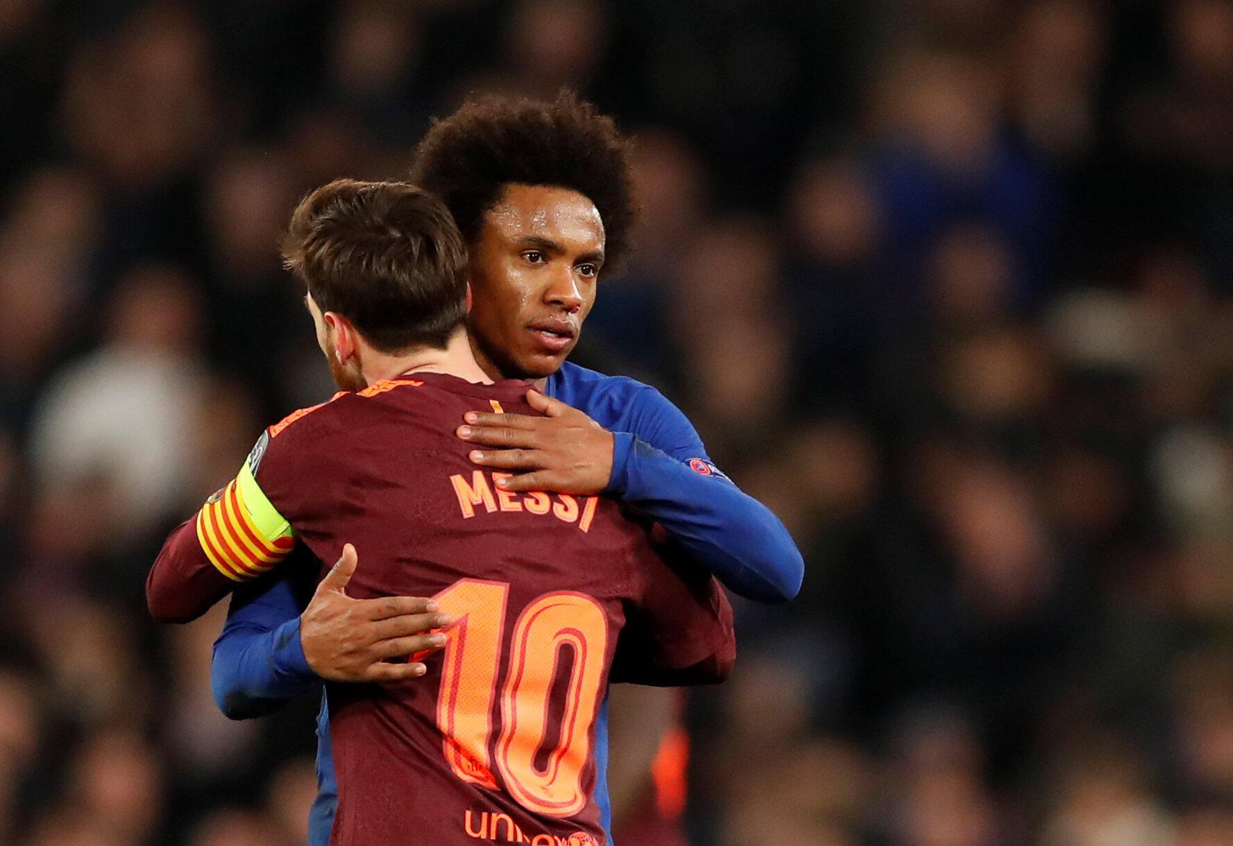 Dan wasan gaba na Chelsea Willian, yayin gaisawa da Lionel Messi na Barcelona, bayan fafatawa a wasan gasar cin kofin zakarun nahiyar turai, wanda aka tashi 1-1. 20 ga watan Fabarairu, 2018.