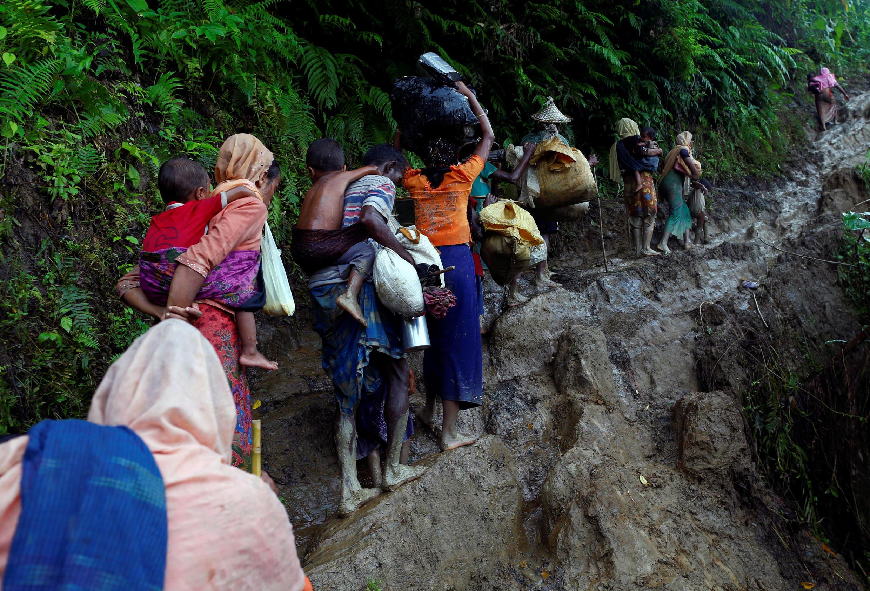 Refugiados rohingyas acabam de passar a fronteira entre a Birmânia e o Bangladesh, em Cox's Bazar, a 8 de Setembro de 2017