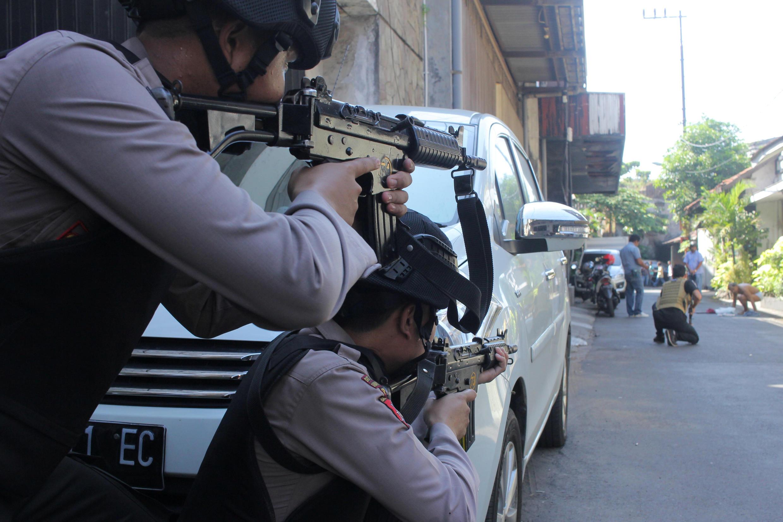 Policiers en alerte à Surabaya après une attaque contre leur quartier général, le 14 mai 2018.