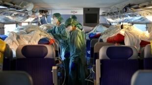 En France, vingt-quatre patients atteints du coronavirus quittent Nancy en TGV pour l'ouest du pays, le 29 mars 2020.