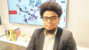 """O pesquisador brasileiro Tarcízio Silva criou o conceito de """"racismo algorítmico"""" e faz uma leitura crítica das mídias sociais no que diz respeito à discriminação."""