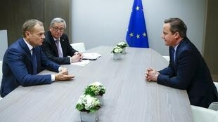 Sommet européen de Bruxelles: les discussions se sont poursuivies tard dans la nuit sur le «Brexit». David Cameron est face à Donald Tusk (G), président du Conseil européen et Jean-Claude Juncker, président de la Commission, le vendredi 19 février 2016.